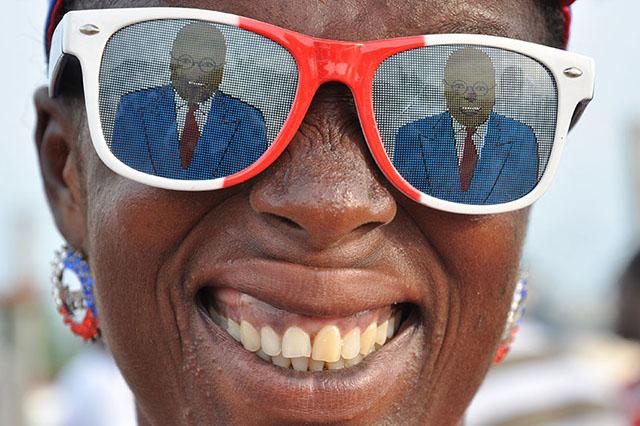 Den Oppositionskandidaten immer im Blick: Frau mit Sonnenbrille der NPP.